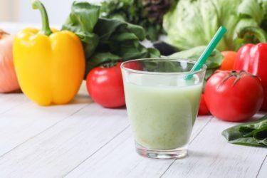 野菜ジュースとスムージーを選ぶならどっちがオススメ?栄養士の僕が考える野菜ジュースとスムージーの使い分け